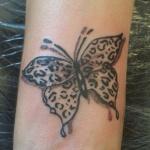 modele tatouage papillon tigre dessus poignet