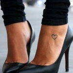petit tattoo simple et discret feminin contour coeur pied