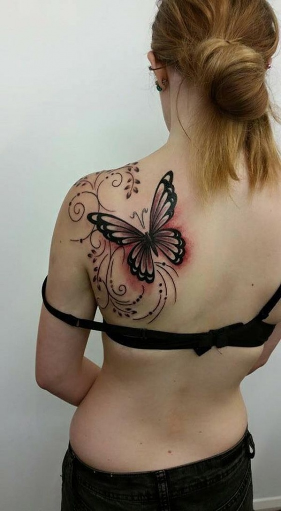 photo tattoo feminin grand papillon avec arabesque omoplate gauche