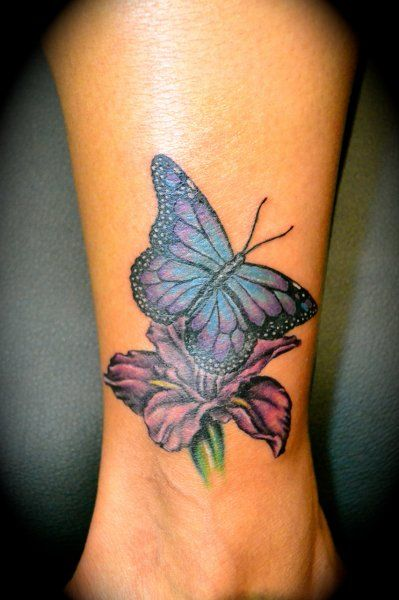 photo tattoo feminin papillon sur fleur cheville mollet tatouage femme. Black Bedroom Furniture Sets. Home Design Ideas