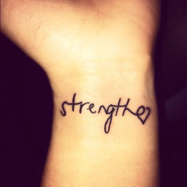 tatouage coeur avec mot poignet femme