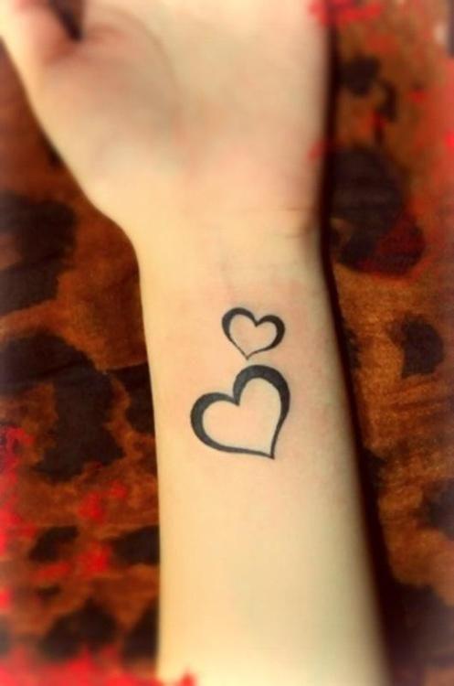 Tatouage femme 2 coeurs contour noir bras tatouage femme - Tatouage femme coeur ...