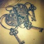 tatouage femme cadenas coeur et 3 clefs