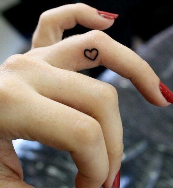 tatouage femme coeur doigt annulaire cote