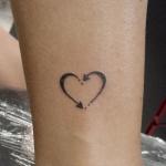 tatouage femme coeur infini fleches cheville