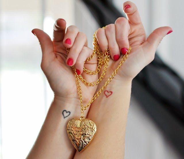 tatouage femme coeurs sur chaque interieur avant bras noir et rouge