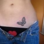 tatouage femme papillon bas du ventre