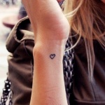 tatouage femme simple petit contour coeur cote poignet