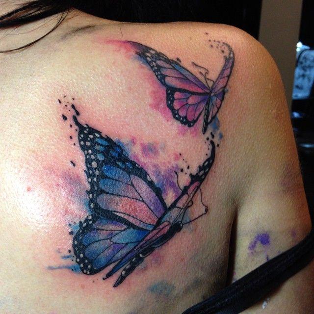 tatouage symboles 2 papillons fille style aquarelle dos