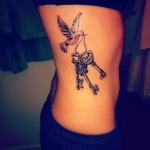 tatouage symboles cle forme coeur et 2 autres cle et colombe