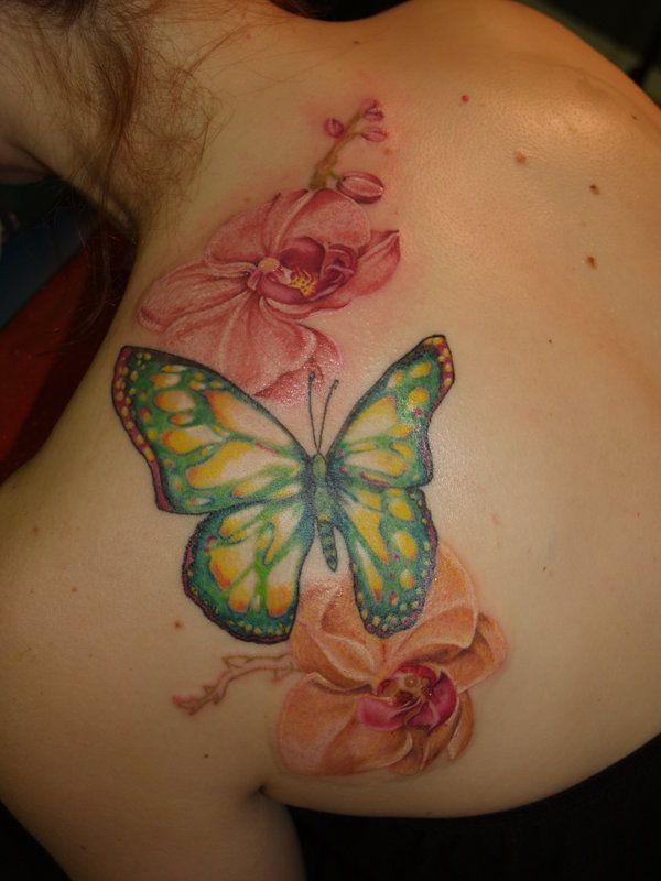 tatouage symboles papillon fille  nuque et dos avec fleurs