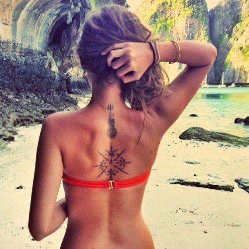 2 tatouages femme dos croix et mandala