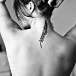 exemple tatouage discret nuque plume pour femme