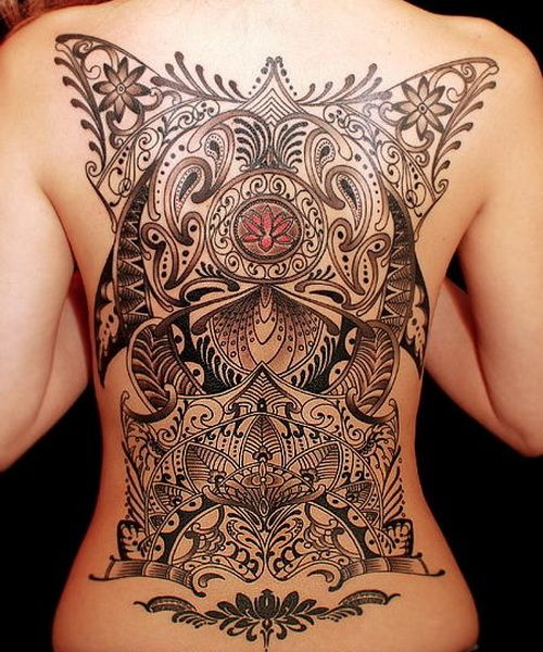 Exemple tatouage dos complet femme formes geometriques et tribal tatouage femme - Tatouage forme geometrique ...