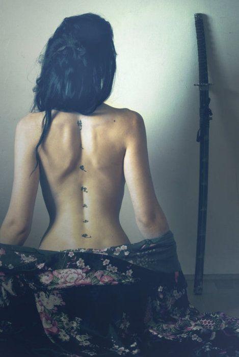 idee tattoo dos femme colonne vertebrale ideogrammes kanji