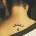 idee tattoo simple et discret haut du dos femme sous la nuque