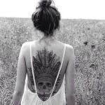 idee tattoo tete de mort indien avec plumes dos entier femme