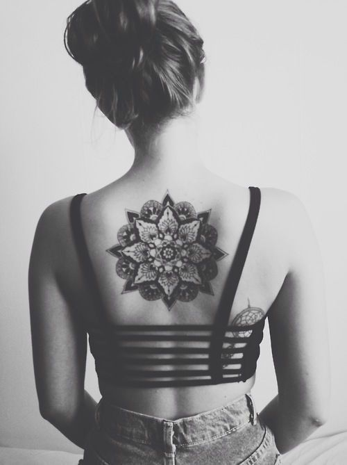 modele tatouage haut dos centre belle et grande etoiles et rosace