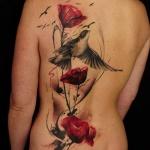 moitie du dos femme cote gauche a tatouer motifs coquelicots rouges et oiseaux