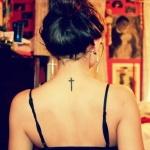 petite croix en tattoo haut du dos niveau nuque