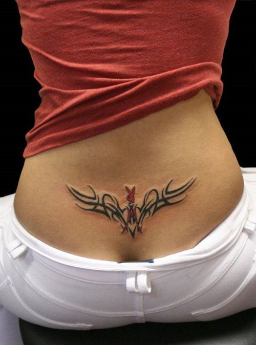 photo tattoo feminin bas du dos tribal