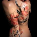 photo tattoo feminin dos quasi entier style aquarelle