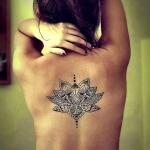 photo tattoo feminin dos tribal haut centre