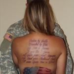 tatouage dos complet paragraphe phrase en couleur et drapeau americain