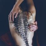 tatouage dos femme 3d jeux de corsage defait avec colonne vertebrale apparente