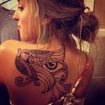 tatouage dos oiseau aigle femme photo