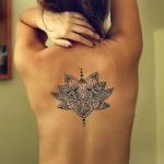 tatouage feminin dos fleur de lotus mandala