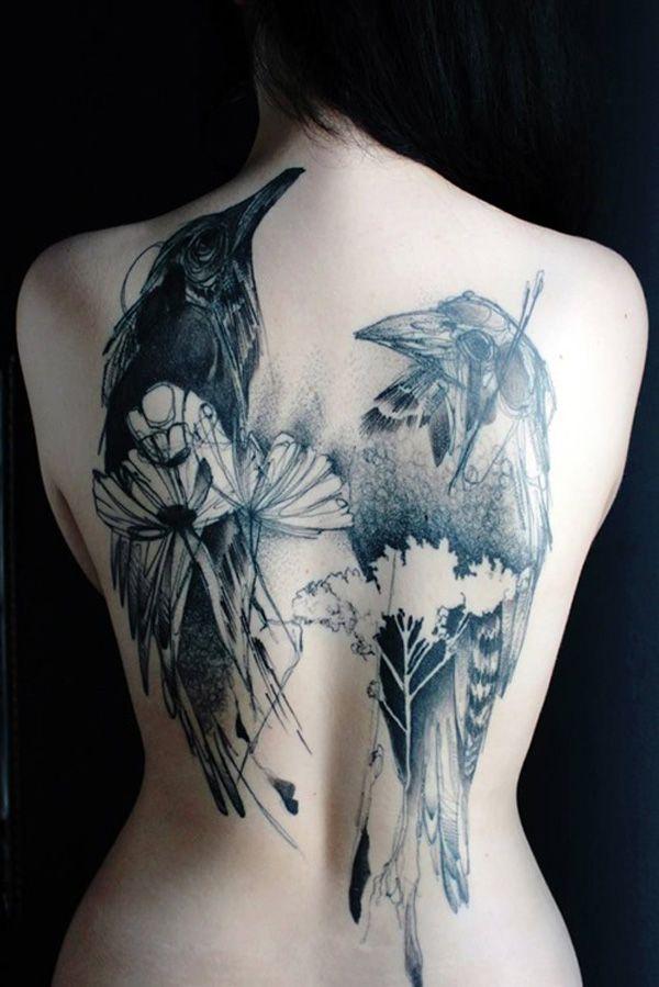tatouage femme dos 2 corbeaux avec fleurs