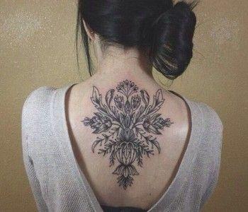 tatouage haut et centre dos femme floral