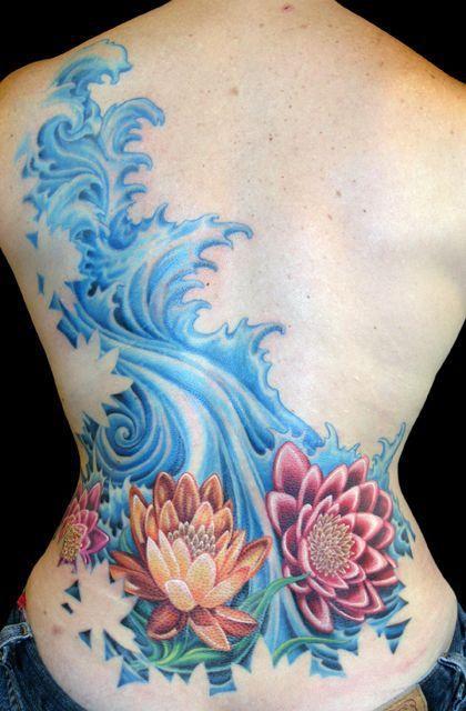 tatouage symboles dos fille 3 nenuphars et vagues bleues style japonais