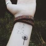 idee tattoo pissenlit qui s envole interieur poignet