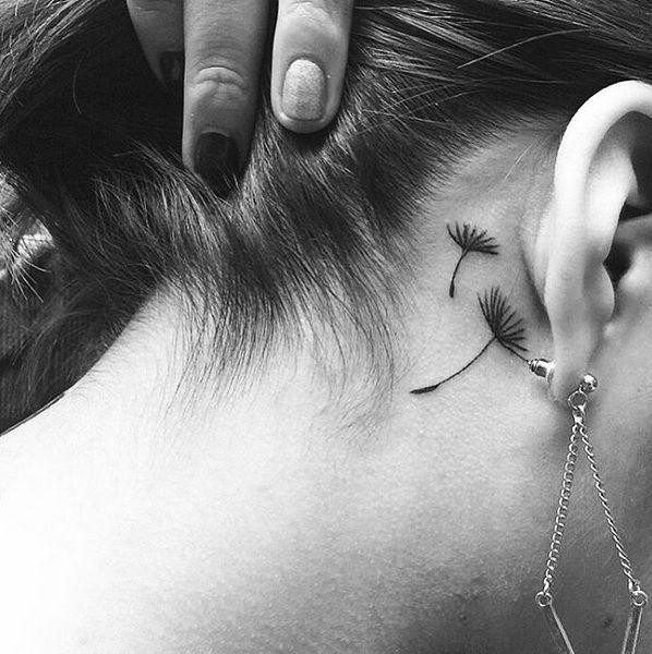 tatouage femme 2 fleurs de pissenlit discret derriere oreille