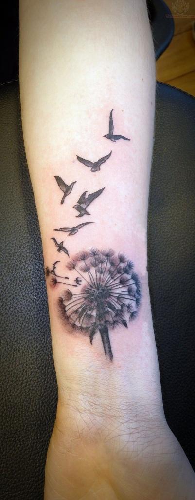 tatouage femme grande fleur de pissenlit et oiseaux interieur avant bras