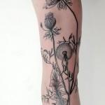 tatouage symboles plantes de pissenlit fille sur jambe entiere