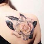 exemple tatouage rose eclose rose pale femme epaule haut du dos