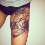idee tattoo 3 belles roses et rose des vents avec ecriture femme sur cuisse