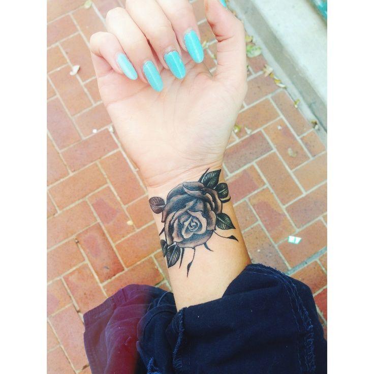 idee tattoo rose noire interieur poignet femme