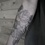 idee tattoo roses blanches femme avant bras