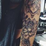 inspiration rose femme a tatouer style mandala sur haut du bras et epaule