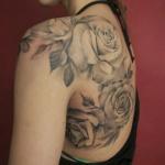 inspiration roses blanches femme a tatouer sur dos et epaule