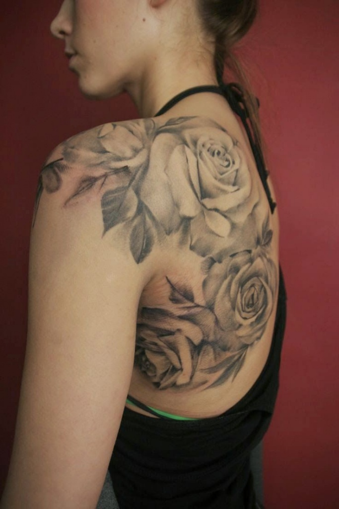 Inspiration roses blanches femme a tatouer sur dos et epaule tatouage femme - Tatouage epaule rose ...