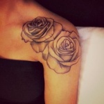 modele tatouage 2 roses sur epaule contour et travail d ombre leger