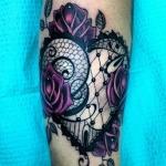 modele tatouage rose violette et dentelle resille