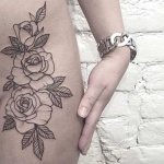 photo tattoo feminin 3 roses en contour sur hanche