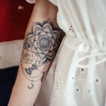 photo tattoo feminin rose mandala interieur haut avant bras