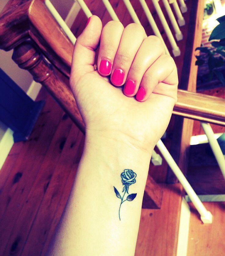 tatouage discret rose noire interieur avant bras